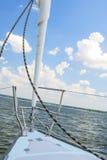 Łęk Mały jacht Pod żeglowaniem Na Otwartym Nawadnia Zdjęcie Royalty Free