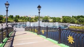 Łękowata mosta i musicalu fontanna w Tsaritsyno parku, Moskwa, Rus Zdjęcia Royalty Free