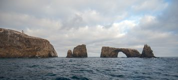Łękowata skała i latarnia morska Anacapa wyspa channel islands park narodowy z złocistego wybrzeża Kalifornia Stany Zjednoczone obraz royalty free