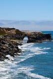 Łękowata skała na kalifornijczyk plaży Fotografia Royalty Free