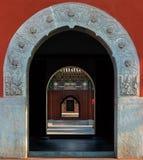 Łękowaty drzwi wśród łękowatego drzwi z tradycyjni chińskie stylem zdjęcia stock
