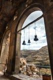 Łękowaty dzwonu widok od kościół i kaplica w Vardzia zawalamy się monaster w Erusheti górze, Gruzja Zdjęcie Royalty Free