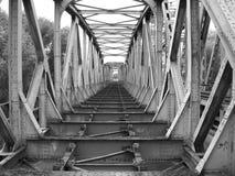 Łękowaty i kratownicowy most Obrazy Stock
