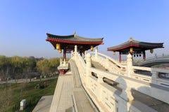 Łękowaty most na wierzchołku główny budynek datang furong ogród, adobe rgb Fotografia Stock