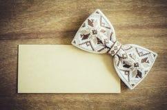 Łęku krawat i Opróżnia kartę na Drewnianym tle Zdjęcia Royalty Free