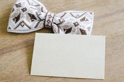 Łęku krawat i Opróżnia kartę na Drewnianym tle Obraz Stock