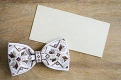 Łęku krawat i Opróżnia kartę na Drewnianym tle Zdjęcie Stock