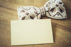 Łęku krawat i Opróżnia kartę na Drewnianym tle Obraz Royalty Free