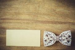 Łęku krawat i Opróżnia kartę na Drewnianym tle Obrazy Royalty Free