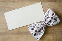 Łęku krawat i Opróżnia kartę na Drewnianym tle Fotografia Royalty Free