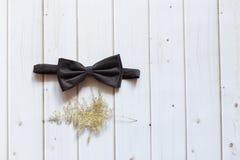 Łęku krawat na białym drewnianym tle obrazy stock