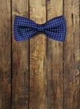 Łęku krawat na drewnianym textur Obrazy Royalty Free