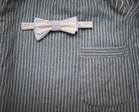 Łęku krawat na pasiastej tło tkaninie z kieszenią Zdjęcie Royalty Free