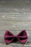 Łęku krawata kolorystyki marsala na drewnianym tle Obrazy Royalty Free