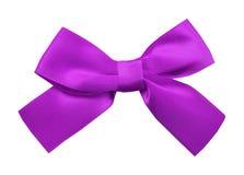 łęku prezenta purpur atłas wstęga Odizolowywający na bielu Fotografia Royalty Free