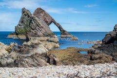 Łęku skrzypki skała przy Portknockie Zdjęcia Royalty Free