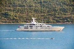 Łańcuch małe łódki pod holowniczym obok jachtu fotografia royalty free