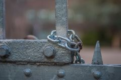 Łańcuch na bramie przy zaniechanym fortem zdjęcia royalty free