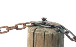 Łańcuch z drewnianym słupem białym tłem i Zdjęcie Royalty Free