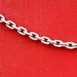 Łańcuchy na czerwieni ściany tle Fotografia Royalty Free