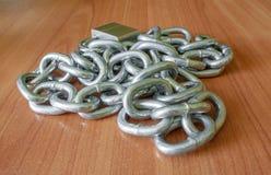 Łańcuchy na drewnianym tle Zdjęcia Royalty Free