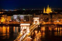 Łańcuszkowego mosta i St Stephen ` s bazylika w nocy Zdjęcia Royalty Free