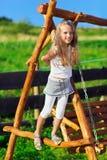 łańcuszkowej ślicznej dziewczyny mały bawić się huśtawkowy drewniany Obrazy Royalty Free