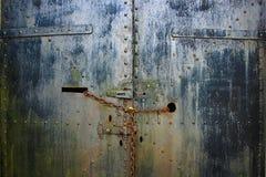 łańcuszkowi zbrojowni drzwi blokują ośniedziałą stal Fotografia Royalty Free
