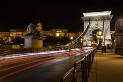 Łańcuszkowy most z Royal Palace w ruchu drogowym i tle zdjęcie stock