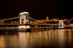 Łańcuszkowy most z Royal Palace w tle w Budzie zdjęcie stock