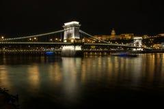 Łańcuszkowy most z Royal Palace w tle w Budzie fotografia stock