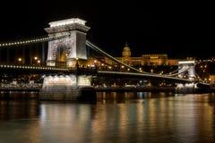 Łańcuszkowy most z Royal Palace w tle w Budzie obraz stock