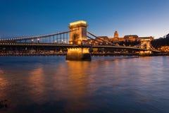 Łańcuszkowy most z Royal Palace w tle w Budzie fotografia royalty free