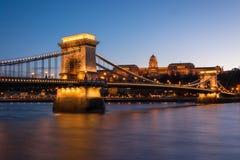 Łańcuszkowy most z Royal Palace w tle w Budzie obraz royalty free