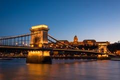 Łańcuszkowy most z Royal Palace w tle w Budzie zdjęcie royalty free