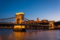 Łańcuszkowy most z Royal Palace w tle w Budzie obrazy stock