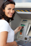 Łacińska kobieta przy ATM fotografia stock