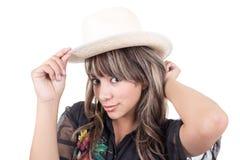 Łacińska młoda dziewczyna stawia słomianego kapelusz dalej fotografia royalty free