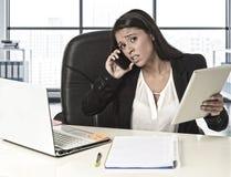 Łaciński biznesowej kobiety cierpienia stres pracuje przy biurowym komputerem Obrazy Stock