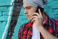 Łaciński mężczyzna opowiada na telefonie Obrazy Royalty Free