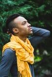Łaciński mężczyzna pozuje outdoors fotografia royalty free