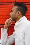 Łaciński mężczyzna pozuje outdoors fotografia stock