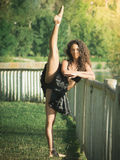 Łaciński tancerz z nastroszoną nogą i rękami krzyżującymi Zdjęcia Royalty Free