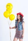 Ładna śmieszna dziewczyna z tellow balonami obrazy stock