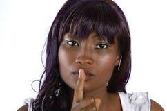 Ładna afrykańska kobieta z palcem przed usta zdjęcia royalty free