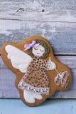 Ładna anioł dziewczyna z sercem rysującym na kiju z cukrowym lodowaceniem obraz stock