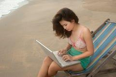 Ładna Azjatycka kobieta relaksuje na plaży. Zdjęcia Stock