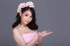 Ładna Azjatycka młoda kobieta z kwiat tiarą, teraźniejszości pusta palma Zdjęcie Royalty Free