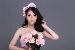 Ładna Azjatycka młoda kobieta z kwiat tiarą, teraźniejszości pusta palma Obraz Stock