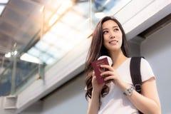 Ładna azjatykcia kobieta dostaje wakacje, powabni piękni kobieta projekty obraz stock